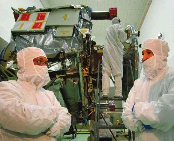 Глава NASA Чарлз Болден (слева) беседует с ответственным за программу Juno от Lockheed Martin Space Systems Тимом Гаспаррини 5 мая 2011 года