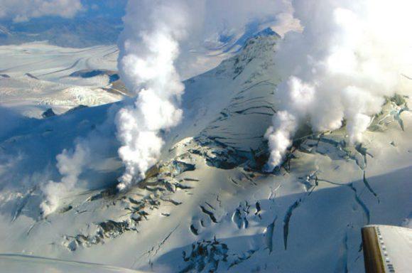 Рис. 4. Фумаролы на глетчере, покрывающем вулкан Фопикд на Аляске