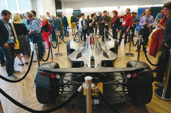 Во время визита в Институт графена журналистам показали гоночную машину из графена. Фото Н. Деминой