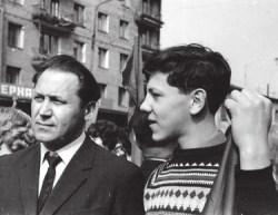 Будущий физик, академик РАН Валерий Рубаков с отцом на первомайской демонстрации