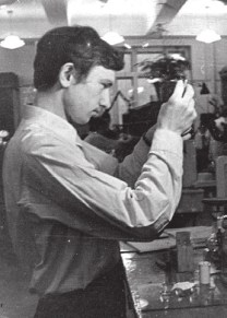 Будущий радиохимик Борис Жуйков в химической лаборатории