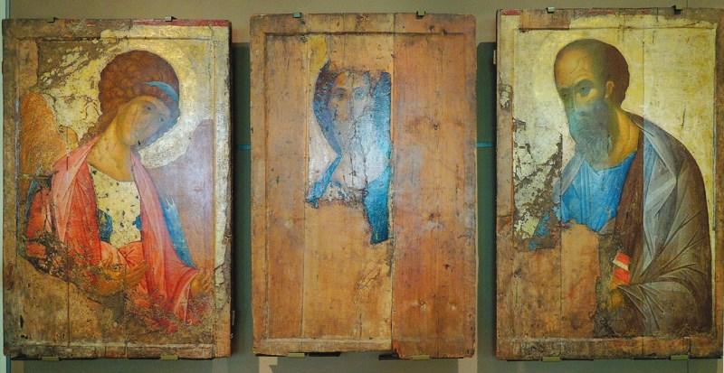 «Звенигородский чин»: «Архангел Михаил», «Спас Вседержитель» и «Святой Павел». Эксперты считают, что икону в центре писал один художник, а две другие — равный ему по мастерству (фото shakko из Wikipedia.org)