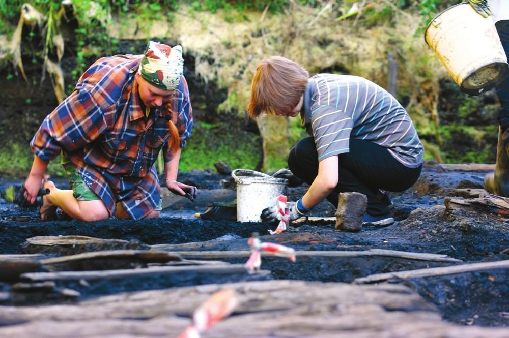 Студенты НовГУ за расчисткой деревянных конструкций