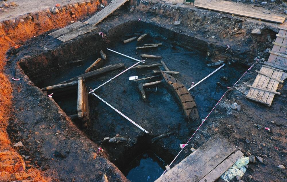 Раскоп на Соборной площади. Хорошо видны деревянные конструкции и деталь сборного корабельного шпангоута