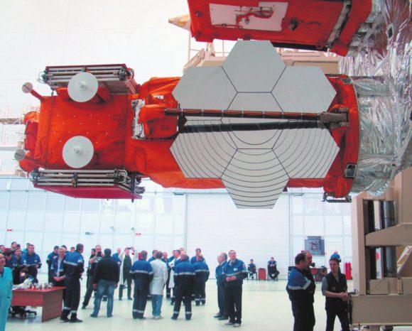 «Ломоносов» повернут в горизонтальное положение для сопряжения с обтекателем полезной нагрузки ракеты-носителя «Союз» перед запуском. Фото: Роскосмос
