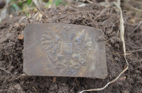 Пряжка, найденная в земле копателем. Подобные артефакты покупают через социальные сети, зачастую для личных коллекций