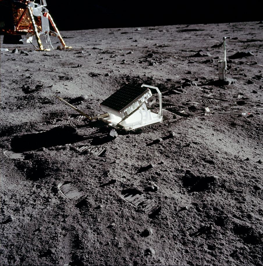 Уголковый лазерный отражатель LRRR экспедиции «Аполлон-11»; справа от него — стереокамера для детального изучения структуры лунного грунта (NASA, AS11-40-5952)