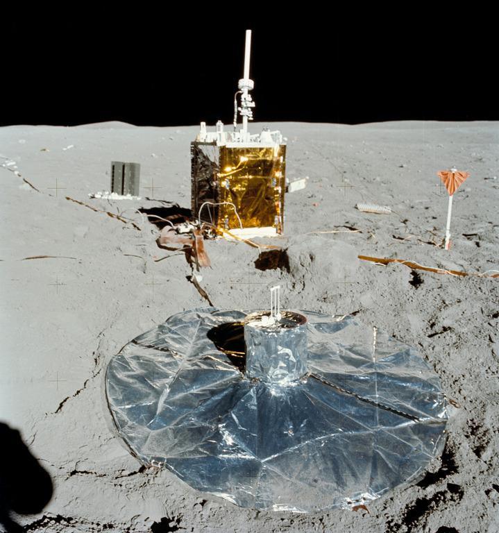 Научная станция ALSEP № 5, доставленная и развернутая на поверхности Луны экипажем «Аполлона-16» (NASA, AS16-113-18347)