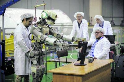 Специалисты НПО «Андроидная техника» готовят робота FEDOR к полету