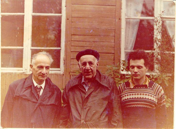 Слева направо: отец автора статьи Л.В. Альтшулер, физик-теоретик Ю.Б. Румер, Б.Л. Альтшулер. 1976 год