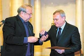 28 января 2014 года В.Е. Фортов вручил А.Г. Загороднему диплом и нагрудный знак иностранного члена РАН. Фото М. Лукина с сайта www.ras.ru
