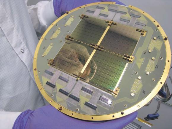 Фокальная плоскость радиотелескопа BICEP2, состоящего из 512 сверхпроводящих СВЧ- детекторов, разработанных и из готовленных в Лаборатории реактив ного дви жения NASA . Фото NASA /JPL-Caltech с сайта www.jp l.nasa.gov