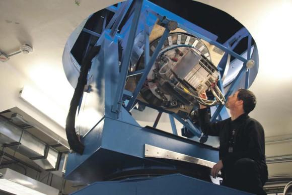 Аспирант Юстус Бреви к проверяет считывающую электронику BICE P2. Фото Steffen Richter (Harvard University) с сайта www.cfa.harvard.edu