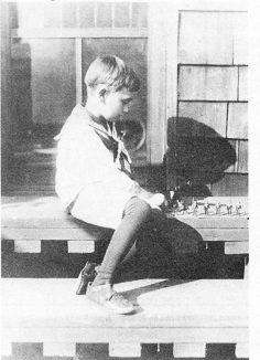 Фриц Лейбер играет в солдатики, ок. 1916 года