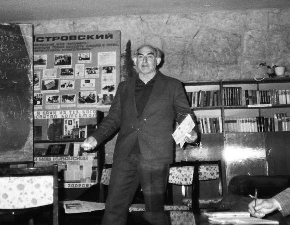 Сочи-4 (1987). Виталий Гинзбург делает доклад в библиотеке Малого Ахуна.