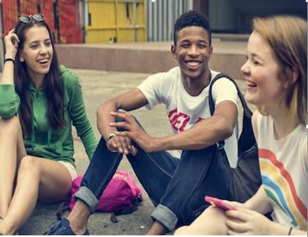 Unge mennesker, der sidder på jorden.png