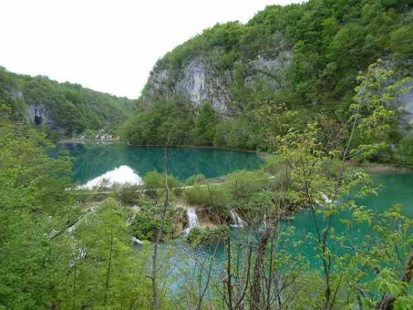 エメラルドグリーン色した湖たち:プリトヴィツェ国立公園