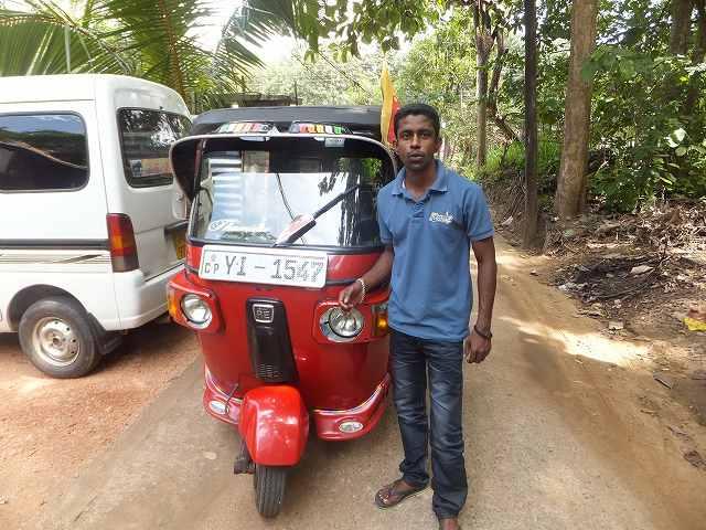 トゥクトゥクの兄ちゃんとトゥクトゥク:スリランカ