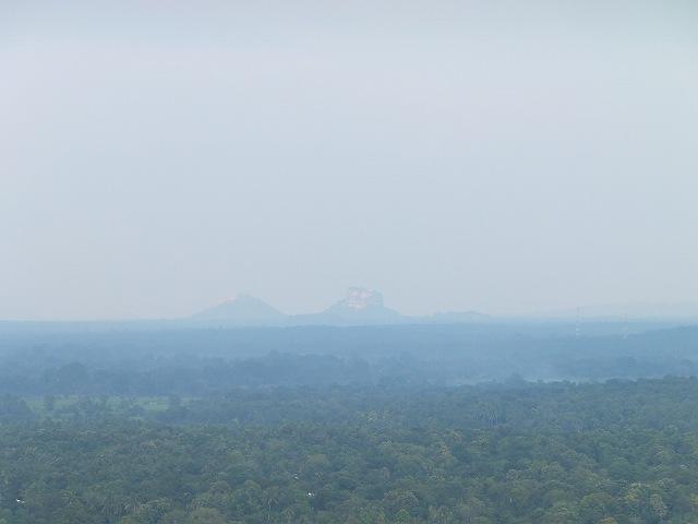 ダンブッラ黄金寺院から見るシギリヤロック:スリランカ