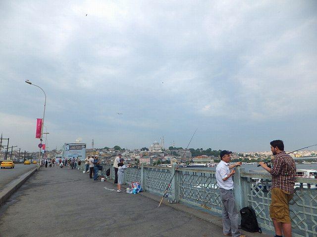 朝のガラタ橋  はい、自分が予約していたバッパーから旧市街に行くとすると、必ず通ります