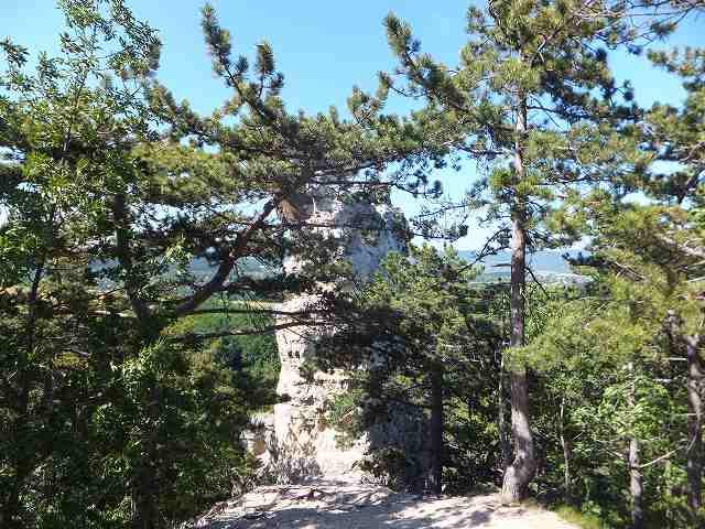 数々のドラマを生み出した、Szentivan村の岩