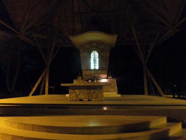 ハンガリーの夜の外にある教会