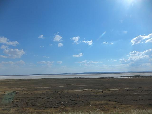 バスの中から塩の湖が・・・
