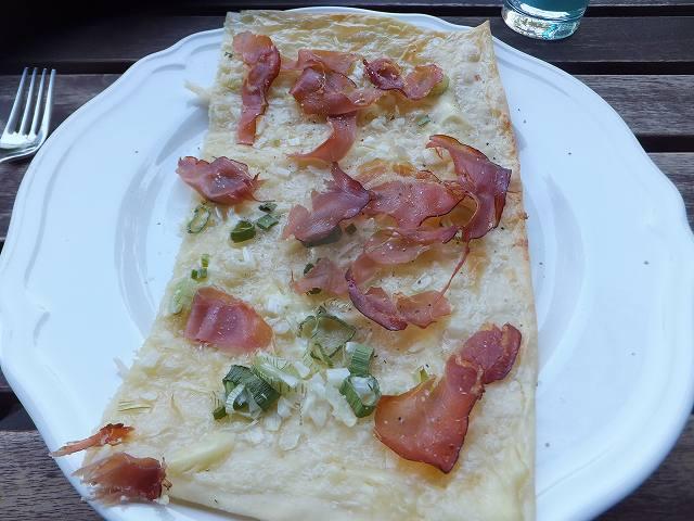 スイス風のピザ 生地がパリパリで美味しい♪