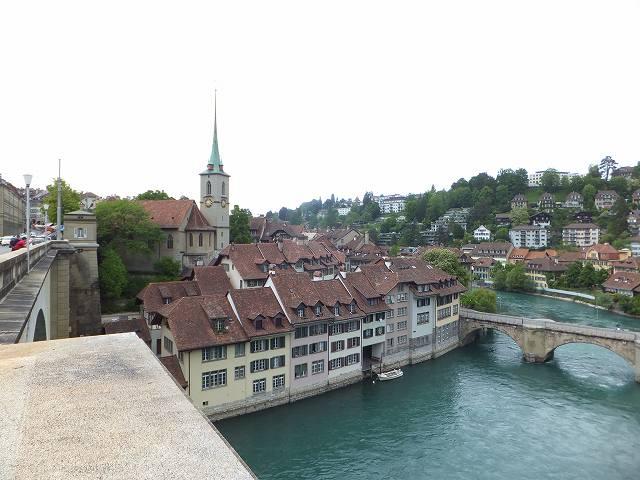 ベルン旧市街の川と家々