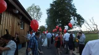ヘリウムガスの入った風船に手紙をつけてます:スイスの結婚式