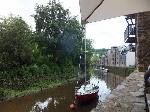トットネス、川沿いにあるカフェ