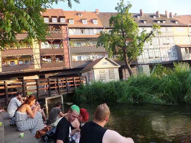エアフルト有名な川の橋の上の家々