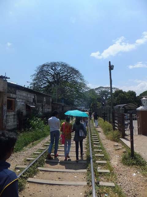 線路の上を普通に歩く人々:キャンディ、スリランカ