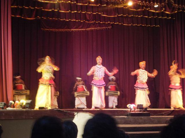 男たちの勇ましいキャンディダンス:スリランカ旅行