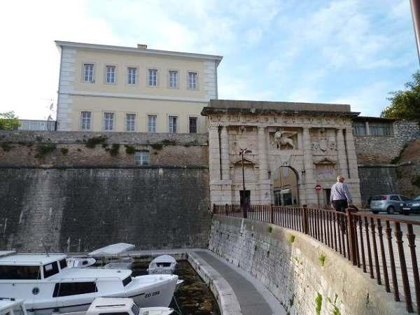 ザダルの町の入口と城壁