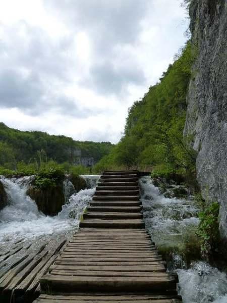 遊歩道を歩いていきます:プリトヴィツェ国立公園