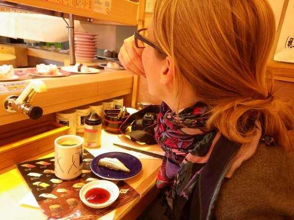 回転寿司で腹ごしらえをする外国のお友達