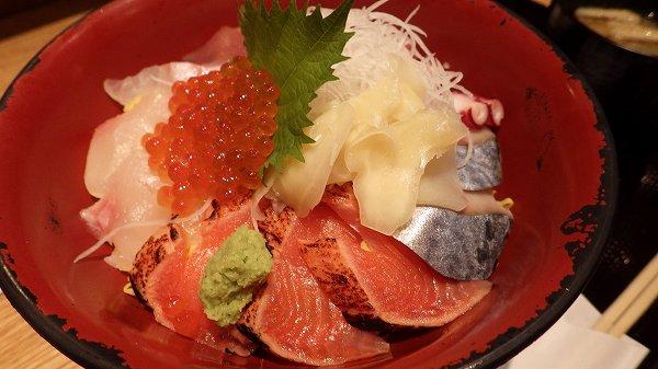 外国人の友達が注文した海鮮丼セット!