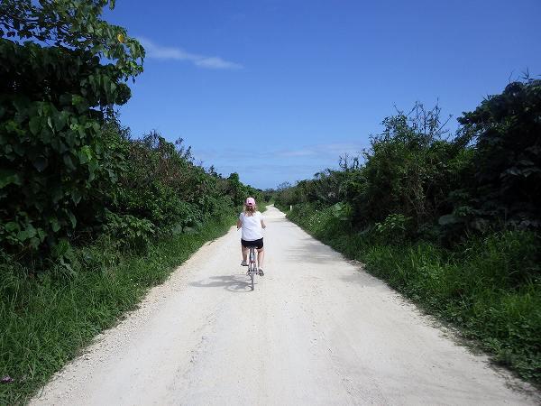 アイヤル浜を目指して自転車をこぎ進みます!