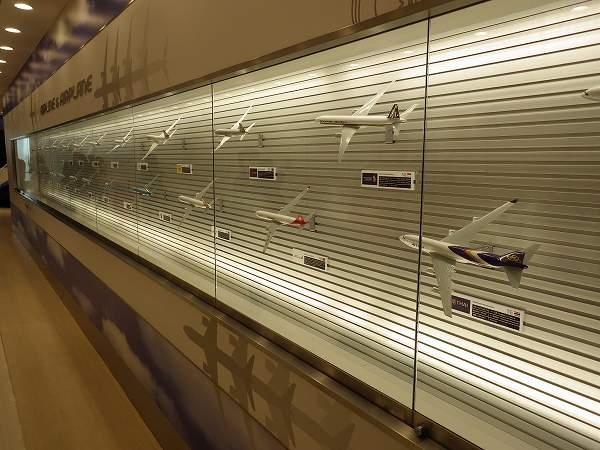 各々の航空会社の飛行機モニュメント:羽田空港国際線ターミナル