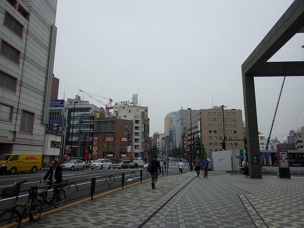 曇り空の目黒駅前を歩いていきます…