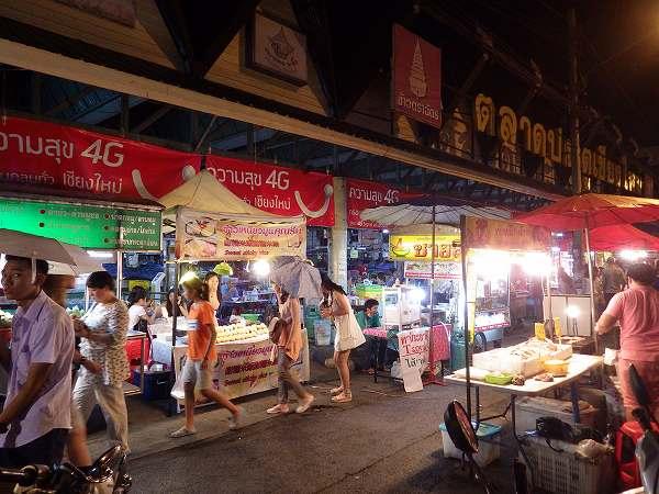 夜のチェンマイの旧市街にソンテウで繰り出します