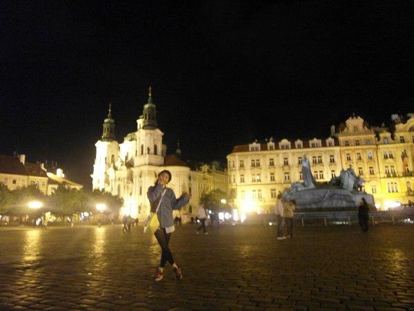 夜の旧市街広場の景色inチェコ