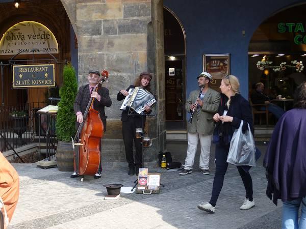 旧市街広場近くで演奏するミュージシャン:プラハ