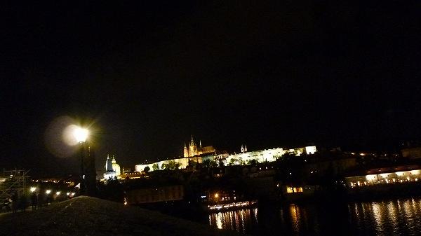 夜の光り輝くプラハ城