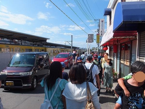 横田基地:日米友好祭へ,拝島駅の混雑具合