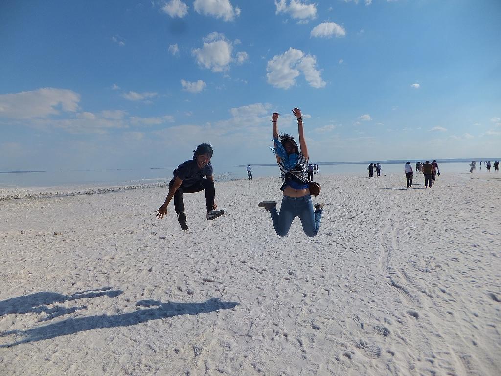 トルコ、塩の湖でマレーシア人の友達と撮った写真