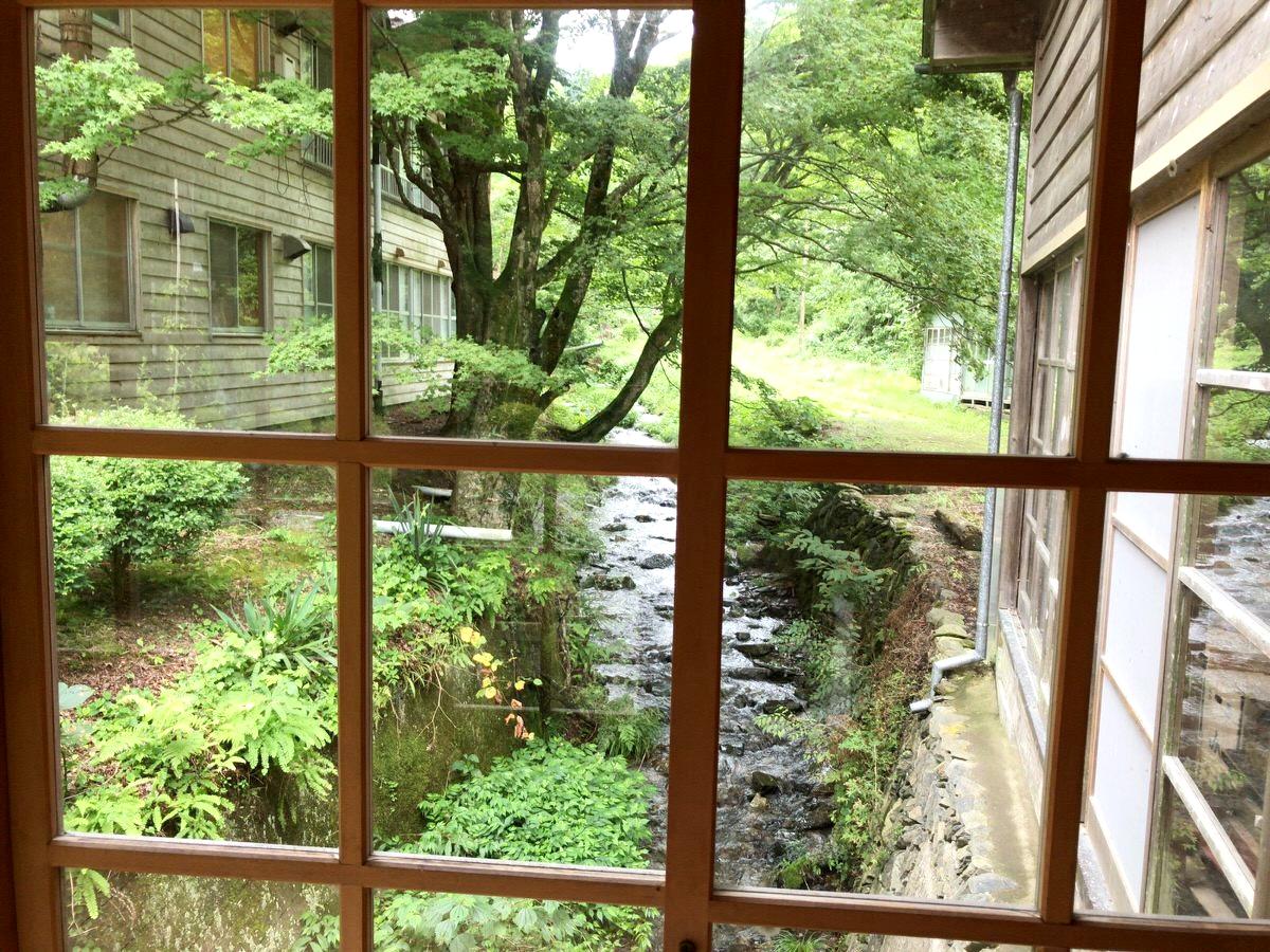 窓から目をやると小川が流れている:追分温泉