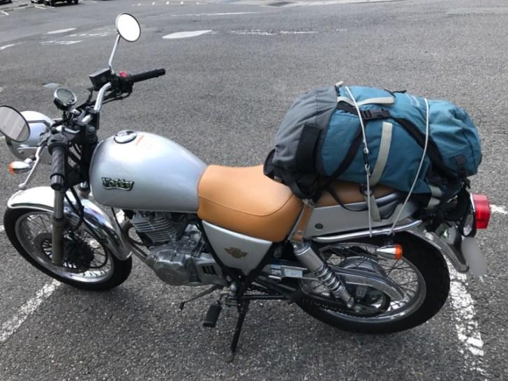 ボルティーに荷物を積載。自転車のゴムひもでバックパックを固定!