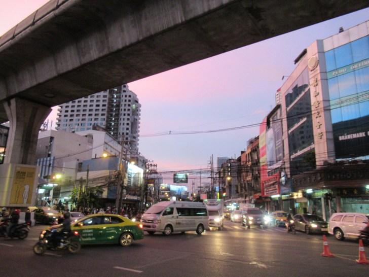 タイ・トンロー駅下の様子